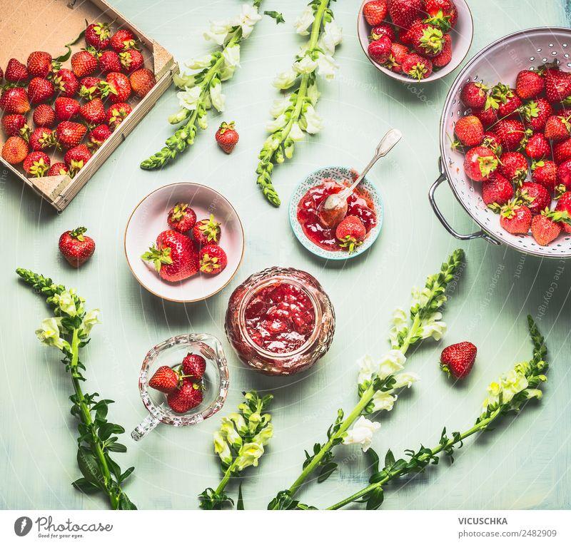 Hausgemachte Erdbeer Marmelade auf dem Küchentisch mit Beeren Lebensmittel Dessert Ernährung Bioprodukte Geschirr Schalen & Schüsseln Topf Glas Stil Design