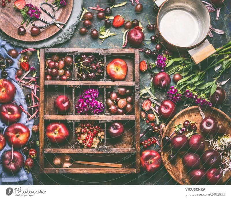 Holzkiste mit Auswahl an Sommerfrüchten und Beeren Lebensmittel Frucht Apfel Ernährung Bioprodukte Vegetarische Ernährung Diät Geschirr Teller