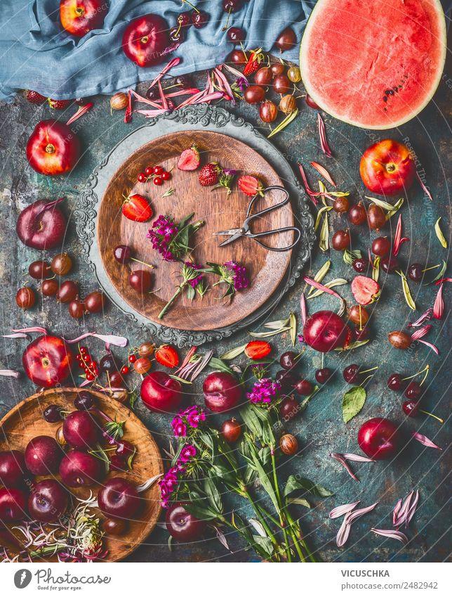 Auswahl von Sommer Beeren und Obst auf dem Küchentisch Lebensmittel Frucht Dessert Ernährung Bioprodukte Vegetarische Ernährung Geschirr Teller