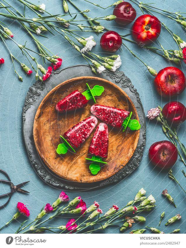 Hausgemachte Eis am Stiel in Holzteller Gesunde Ernährung Sommer Foodfotografie Lebensmittel Stil rosa Frucht Häusliches Leben Design Tisch Speiseeis