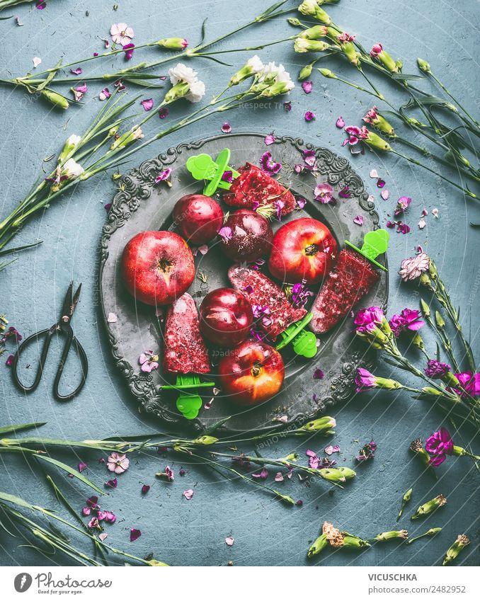 Teller mit Obst, Eis und Gartenblumen Lebensmittel Frucht Speiseeis Ernährung Stil Design Gesunde Ernährung Sommer Häusliches Leben Tisch Blume Stillleben