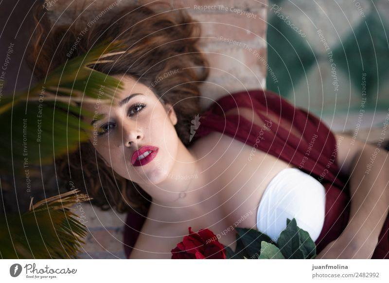 Porträt einer Frau mit roter Blume Stil schön Gesicht Schminke Lippenstift Erwachsene 18-30 Jahre Jugendliche Garten Mode Kleid schwarzhaarig brünett weiß