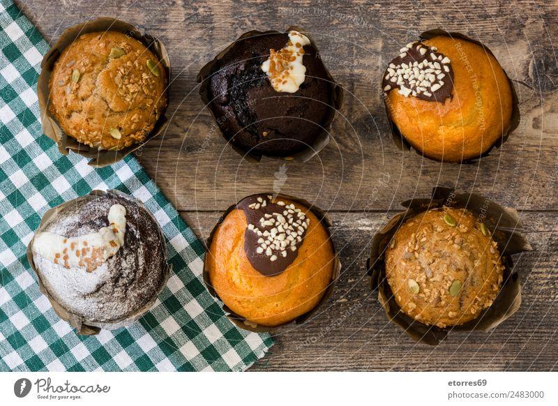 Draufsicht auf verschiedene frische, leckere Muffins Bäckerei Schokolade Konfekt Dessert süß Kuchen Essen zubereiten kochen & garen Cupcake Lebensmittel
