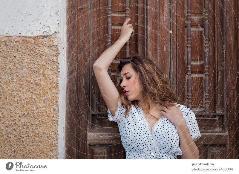Nachdenkliche Frau neben einer Tür schön Gesicht Mensch Erwachsene Hand 18-30 Jahre Jugendliche Mode Denken stehen authentisch Freundlichkeit lang natürlich
