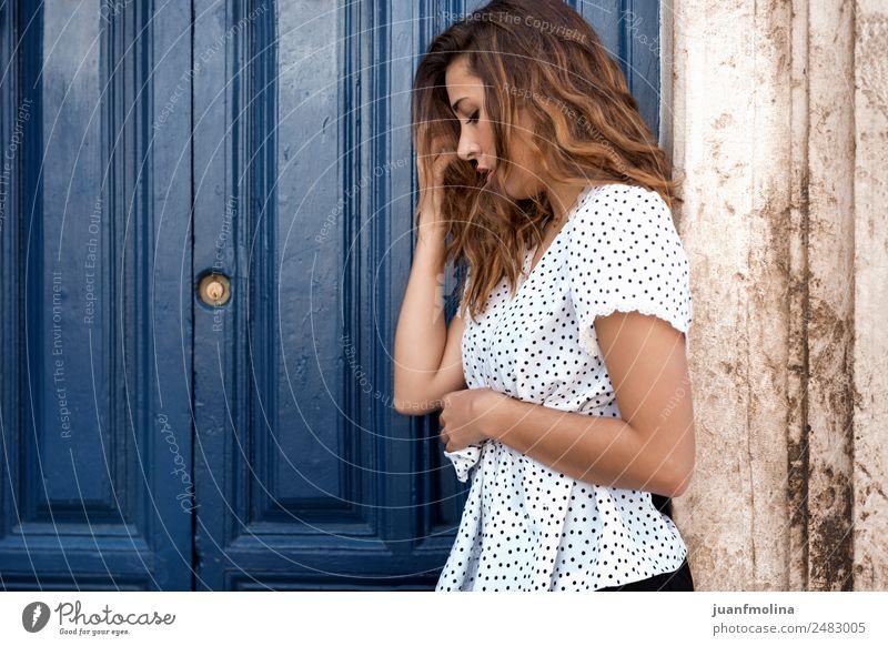 Nachdenkliche Frau neben einer Tür schön Gesicht Mensch Erwachsene Körper Hand 18-30 Jahre Jugendliche Haus Hemd blond langhaarig Denken stehen ästhetisch