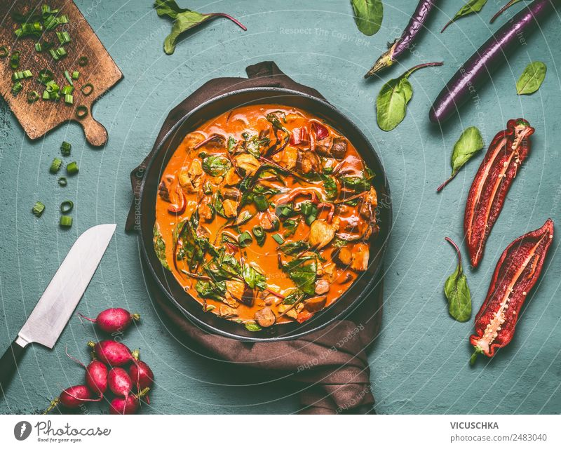 Gemüse und Hähnchen Low Carb Eintopf Lebensmittel Fleisch Suppe Ernährung Mittagessen Abendessen Bioprodukte Geschirr Topf Pfanne Stil Design Gesunde Ernährung