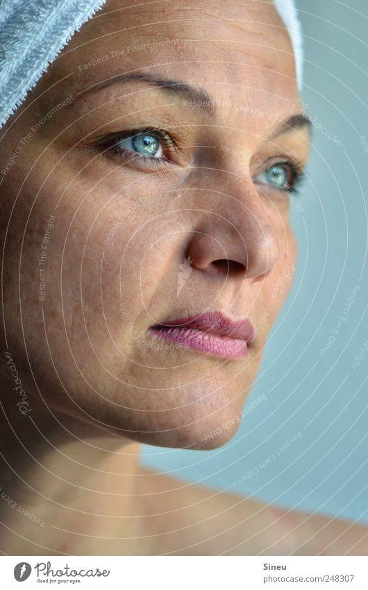 BlickLicht feminin Frau Erwachsene Gesicht 1 Mensch Handtuch beobachten Denken träumen warten frisch Sauberkeit Erholung Schwimmen & Baden