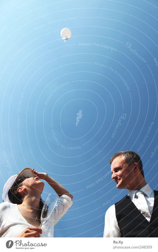 So wird heutzutage geheiratet! Sekt Prosecco Glück Hochzeit Frau Erwachsene Mann Paar Partner 2 Mensch 18-30 Jahre Jugendliche 30-45 Jahre fliegen Lächeln