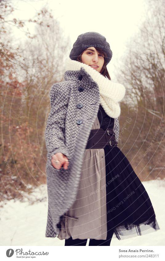 kreisel. Mensch Jugendliche Baum Winter Erwachsene feminin Mode Coolness 18-30 Jahre Kleid dünn Junge Frau Mütze drehen Stil Mantel