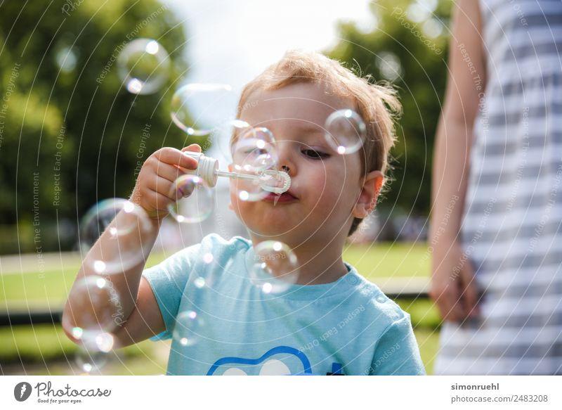 Freude Gefühle Glück Junge Spielen Fröhlichkeit genießen Energie Kleinkind Seifenblase Frühlingsgefühle 1-3 Jahre