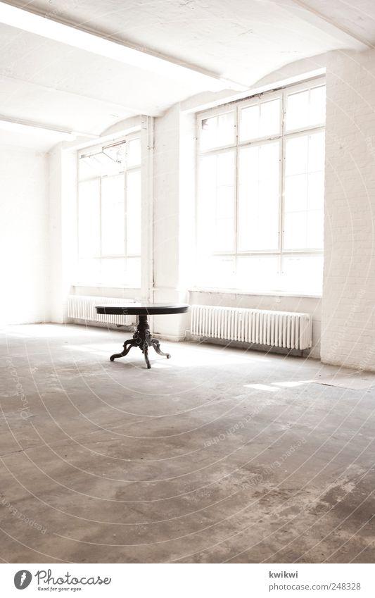 neuer wohnraum alt Wand Fenster Mauer hell ästhetisch Tisch Fabrik leuchten ausdruckslos antik
