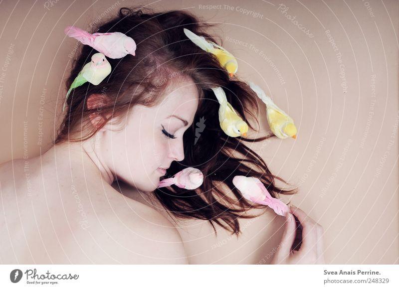 mein leben tauschte ich dafür ein.... Mensch Jugendliche feminin Haare & Frisuren Erwachsene Körper Zufriedenheit Vogel Haut liegen Fröhlichkeit Beautyfotografie einzigartig Kitsch festhalten dünn