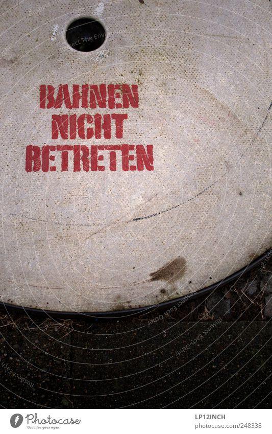 Tu Es. Freizeit & Hobby Spielen Minigolf Golfplatz Lüneburg Schriftzeichen Hinweisschild Warnschild rot Freude Loch Farbfoto Außenaufnahme Menschenleer