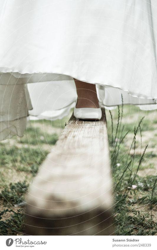 balance.strength.harmony Frau Erwachsene Fuß Natur Gras Sträucher Balken Schwebebalken Brautkleid brautschuhe Schuhe Damenschuhe weiß Hochzeit