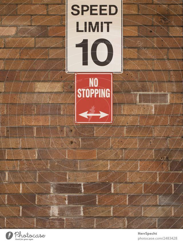 going slow Mauer Wand Stein Schriftzeichen Schilder & Markierungen Hinweisschild Warnschild Stadt braun rot weiß Geschwindigkeitsbegrenzung Halteverbot