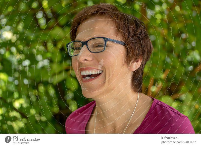 Porträt im Freien, glückliche lächelnde Frau Ferien & Urlaub & Reisen Erwachsene Gesicht 30-45 Jahre Garten Park Brille brünett kurzhaarig Lächeln lachen frech