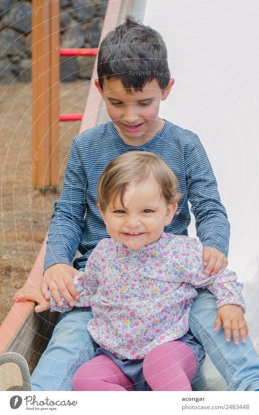 Brüder spielen auf einer Folie Lifestyle Kinderspiel Mensch maskulin feminin Baby Geschwister Familie & Verwandtschaft Kindheit 2 1-3 Jahre Kleinkind 3-8 Jahre