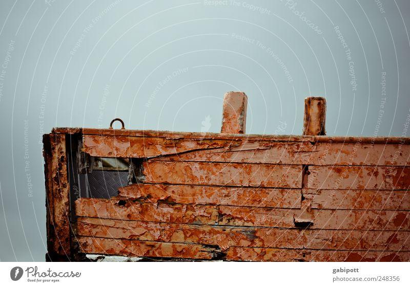 Ein letztes Ahoi Schifffahrt Fischerboot Hafen Holzbrett Schiffsplanken Loch alt historisch kaputt trashig braun rot Tod Sehnsucht Erschöpfung Ende