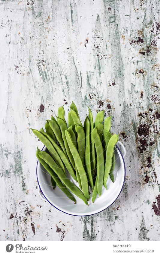 Frische grüne Bohnen auf weißem Hintergrund Lebensmittel Gemüse Frucht Ernährung Essen Abendessen Vegetarische Ernährung Diät Geschirr Teller Natur Holz frisch