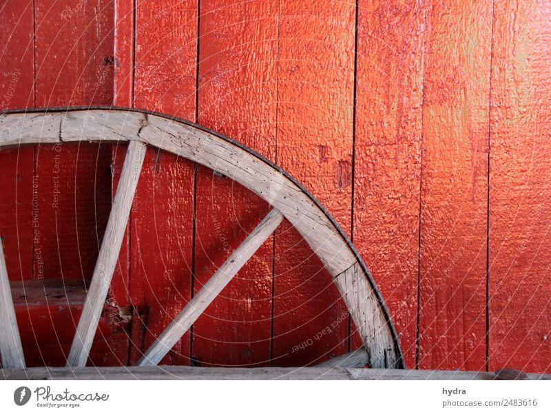 Altes Wagenrad vor roter Holzwand in Schuppen Landwirtschaft Forstwirtschaft Dorf Fischerdorf Hütte Mauer Wand kutschieren Pferdekutsche Rad Wagenräder Linie