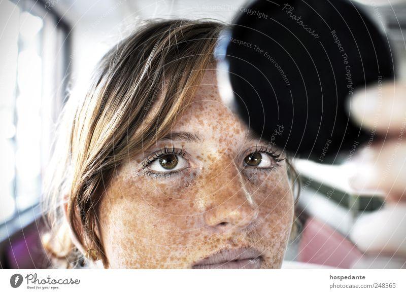 Augenblick: Die Macht der Fotografie Mensch Jugendliche schön Erwachsene Gesicht Auge gelb feminin Stil gold Haut Fotografie Design modern Macht Fotokamera