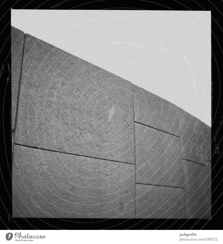 Mauer Bauwerk Architektur Wand Fassade fest groß Schutz Schwarzweißfoto Außenaufnahme Menschenleer Licht
