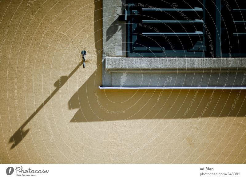 35 Grad im Schatten Sommer Fenster Mauer heiß Fensterladen Schattenspiel
