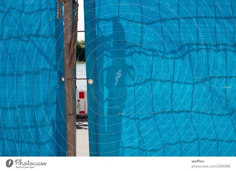 Blick hinter die Kulissen Straßenverkehr Neugier blau Baustelle Barriere Abdeckung Zaun Gitter Netzwerk Schattenspiel sehschlitz Schlitz Farbfoto mehrfarbig