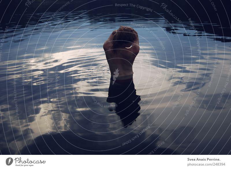 lass mich in die wolken fallen und tauche in die Himmel. feminin Junge Frau Jugendliche Rücken 1 Mensch 18-30 Jahre Erwachsene Wasser Schönes Wetter See