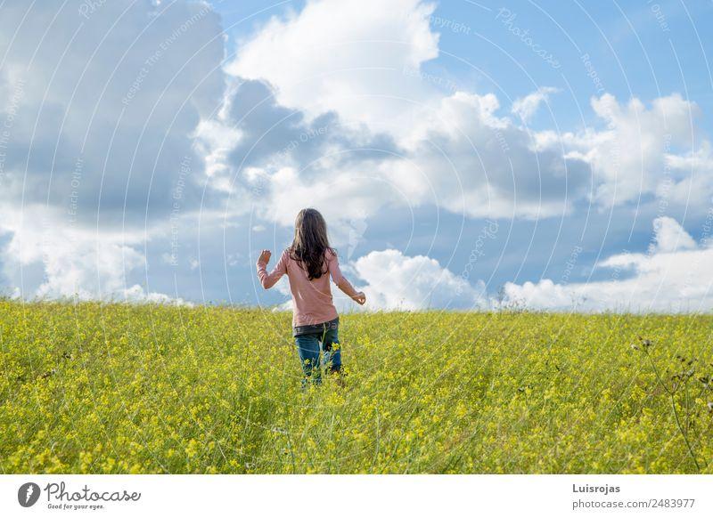 Mädchen, das auf einem Feld mit gelben Blumen spazieren geht, sonniger Tag Gesundheit Erholung Freiheit Sommer feminin 1 Mensch 3-8 Jahre Kind Kindheit