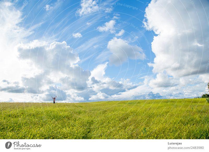 Mädchen, das auf einem Feld mit gelben Blumen spazieren geht, sonniger Tag Gesundheit Leben Erholung Freizeit & Hobby Ferien & Urlaub & Reisen 1 Mensch