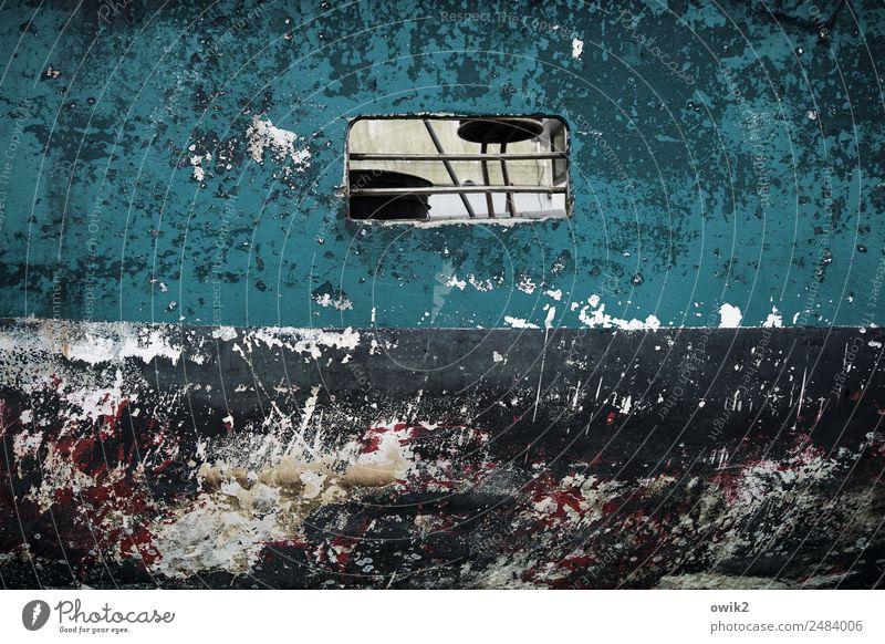 Fenster zum Haff Bordwand Bullauge Durchblick Metall alt maritim trashig wild bizarr chaotisch Bootslack Farbstoff Kratzer Spuren Zahn der Zeit Farbfoto