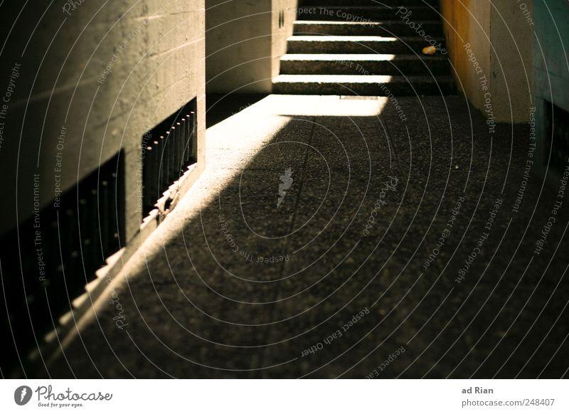 Licht ins Dunkel Mauer Wand Treppe Fassade Gasse Wege & Pfade Symmetrie Farbfoto Textfreiraum unten Tag Sonnenlicht Zentralperspektive