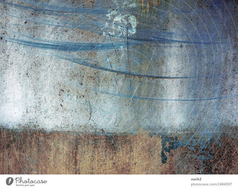 Langzeitstudie Kunstwerk Umwelt Mauer Wand Metall alt Vergänglichkeit Abnutzung Schleifspuren Zahn der Zeit unklar Spuren Kratzer blau Außenaufnahme