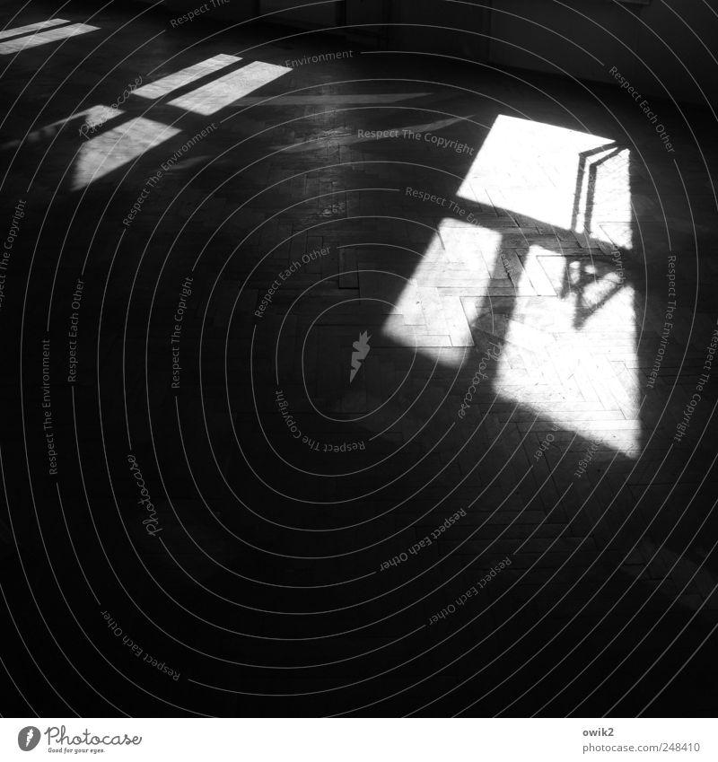 Offenes Denkmal Raum Bodenbelag Haus Bauwerk Gebäude Fenster leuchten dunkel eckig einfach groß trist grau schwarz weiß Hoffnung Fensterflügel Fensterrahmen