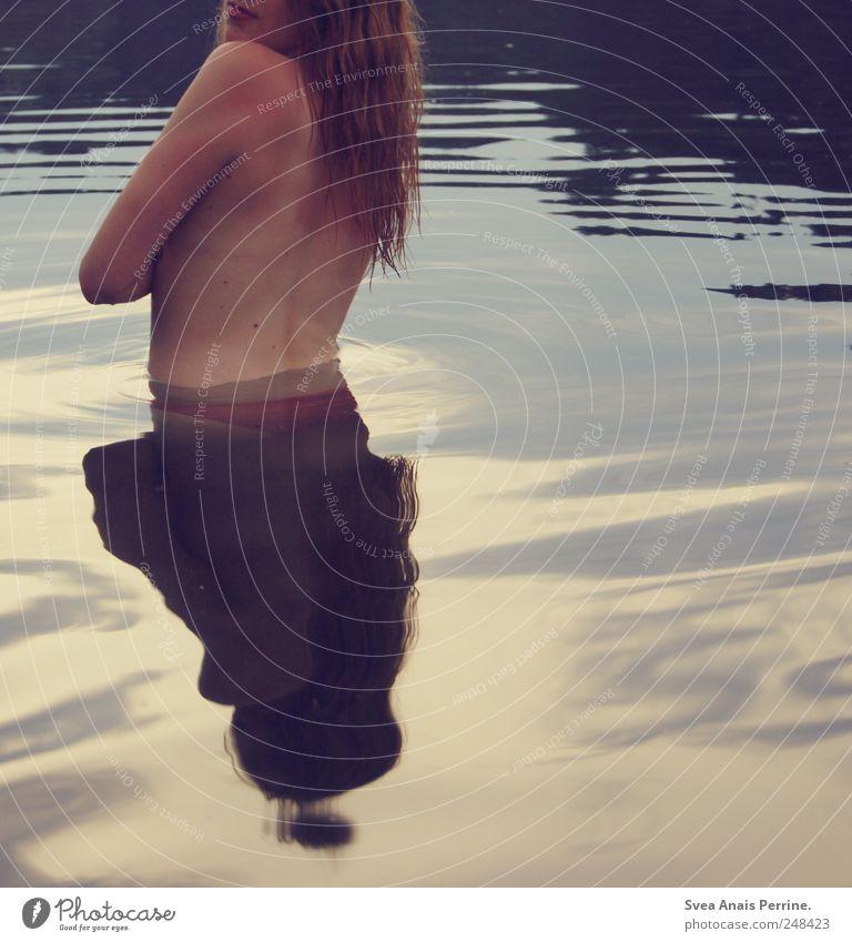 flüssig. Mensch Jugendliche schön Sommer Erwachsene feminin Haare & Frisuren See Körper Zufriedenheit blond Rücken Haut stehen einzigartig 18-30 Jahre
