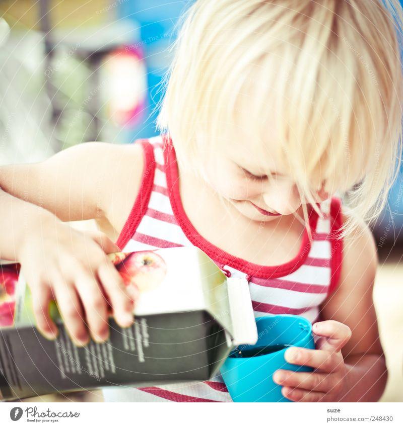 Lecker Saft Mensch Kind Hand Kopf klein Kindheit blond Freizeit & Hobby Arme Getränk Streifen niedlich trinken festhalten Lächeln Kleinkind