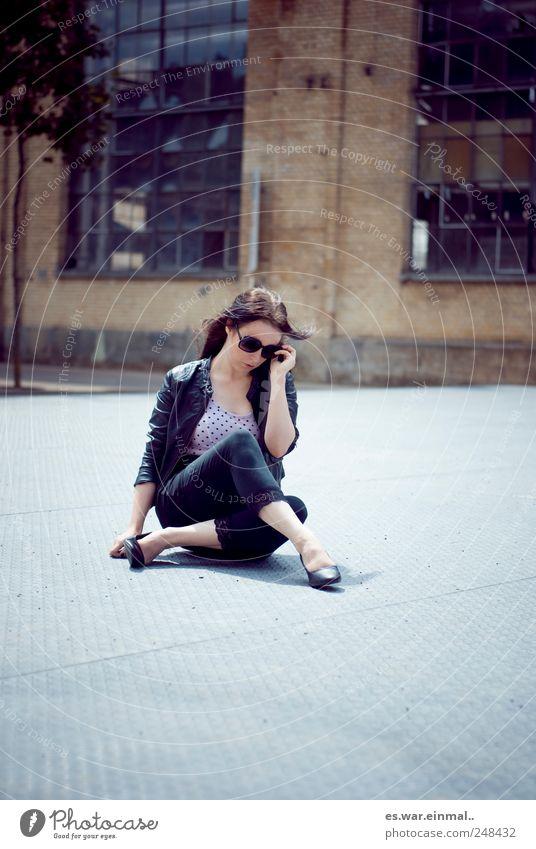 rocks. Mensch Jugendliche schön feminin Denken Erwachsene sitzen 18-30 Jahre