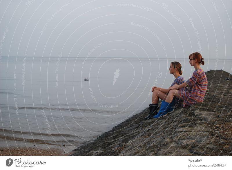 100.augenblicke feminin Junge Frau Jugendliche 2 Mensch 18-30 Jahre Erwachsene Natur Landschaft Erde Wasser Himmel Nordsee Meer Nachthemd Gummistiefel