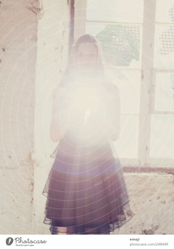 Licht aus dem Herzen Mensch Jugendliche feminin träumen Erwachsene Kleid Märchen 18-30 Jahre Junge Frau Erscheinung Traumwelt