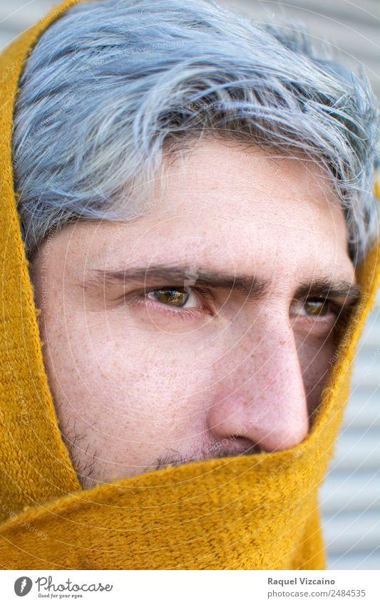 Mann mit grauen Haaren und gelbem Turban. maskulin Erwachsene 1 Mensch 18-30 Jahre Jugendliche Schal grauhaarig Blick geheimnisvoll kalt Selbstständigkeit