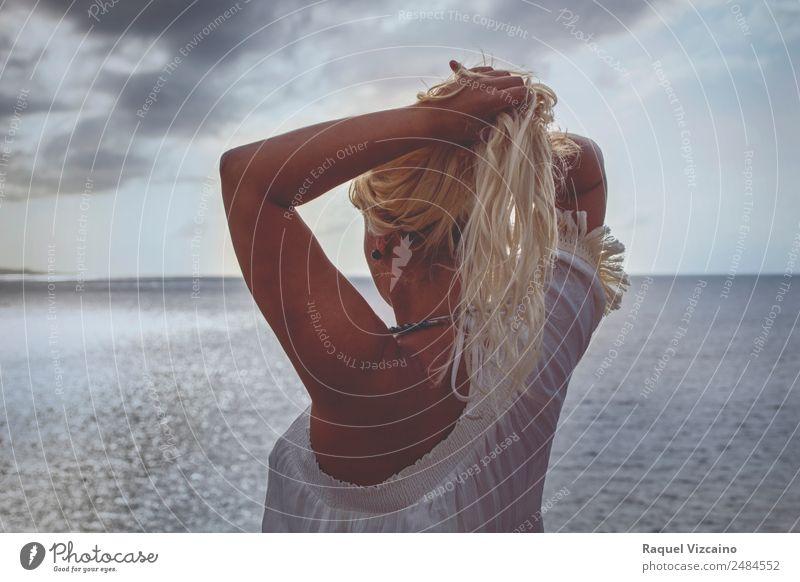 Frau mit dem Meer im Hintergrund. feminin Junge Frau Jugendliche Haare & Frisuren 1 Mensch 18-30 Jahre Erwachsene Sonnenaufgang Sonnenuntergang Sommer blond