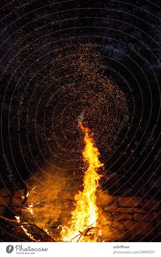 Feuer Werk Nachthimmel dunkel gelb orange schwarz Brand Feuerwerk Feuerwehr Feuerstelle Feuersturm Mauer Lagerfeuerstimmung Außenaufnahme Menschenleer