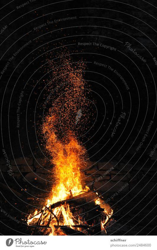 Feuer Werk V Nachthimmel heiß gelb orange schwarz Brand Feuerwerk Feuerwehr Feuerstelle Feuersturm Funken Lagerfeuerstimmung Außenaufnahme Menschenleer
