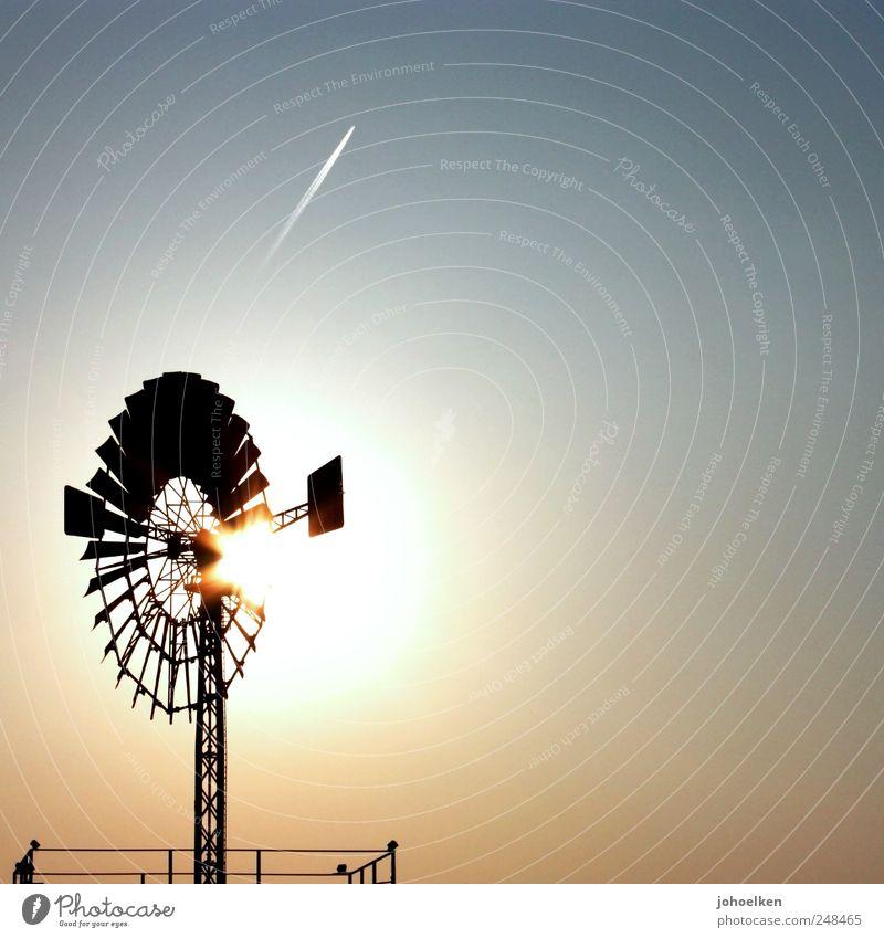 Kraftwerk blau schwarz Luft Wind gold glänzend hoch Energie Tourismus Klima Energiewirtschaft Industrie rund Bauwerk Windkraftanlage drehen
