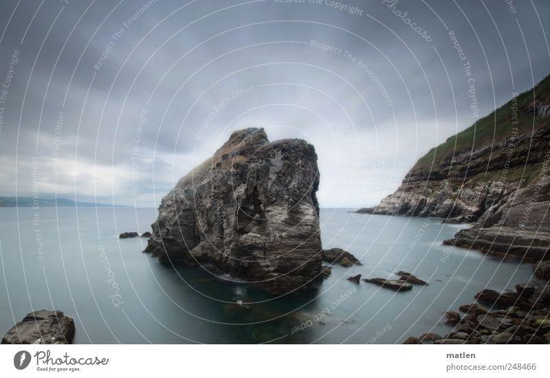 der Stein in der Brandung Himmel Natur Wasser grün blau Sommer Meer Wolken Landschaft Küste Felsen Insel Endzeitstimmung Ruhepunkt