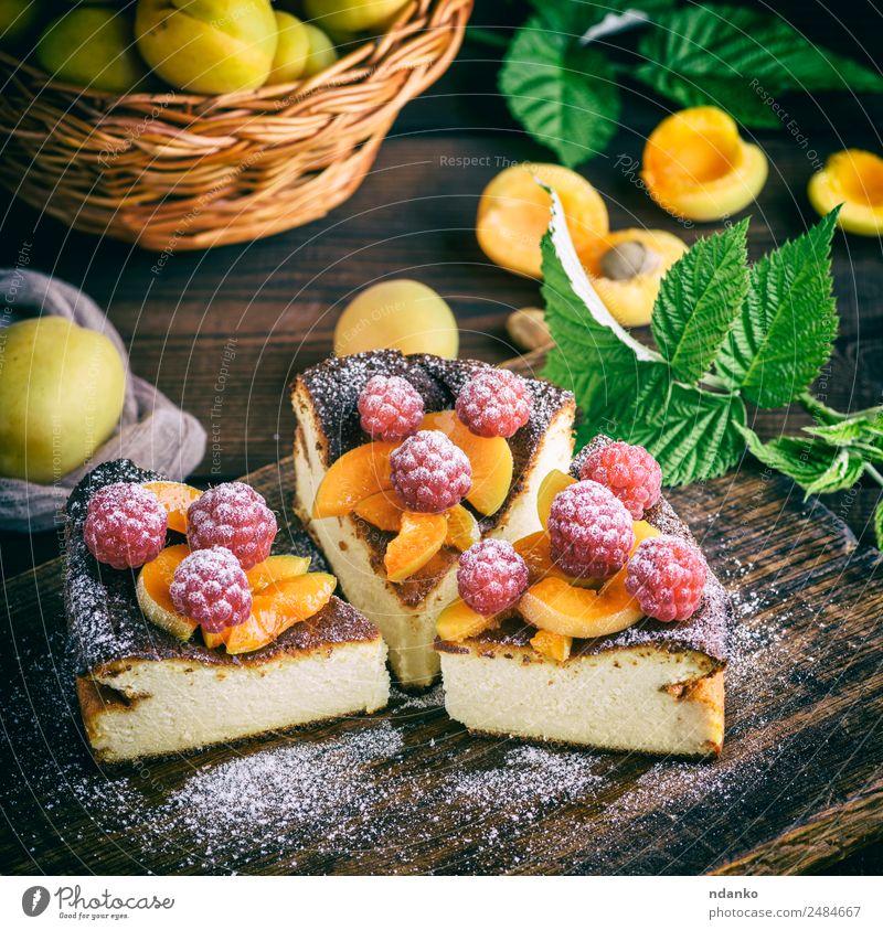 Stückchen Hüttenkäsekuchen Käse Frucht Dessert Ernährung Tisch frisch hell lecker braun rot weiß Farbe Himbeeren Aprikose Käsekuchen Kuchen Beeren Lebensmittel