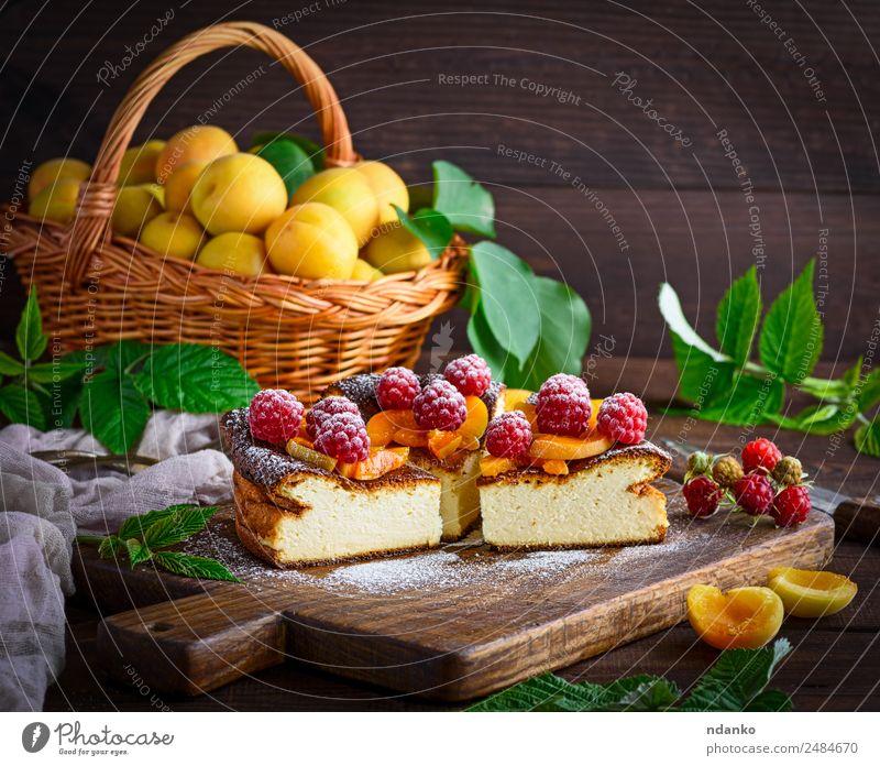 Quarkkuchen mit Himbeeren Käse Frucht Dessert Süßwaren Ernährung Tisch frisch hell lecker braun rot weiß Farbe Aprikose Käsekuchen Kuchen Beeren Lebensmittel