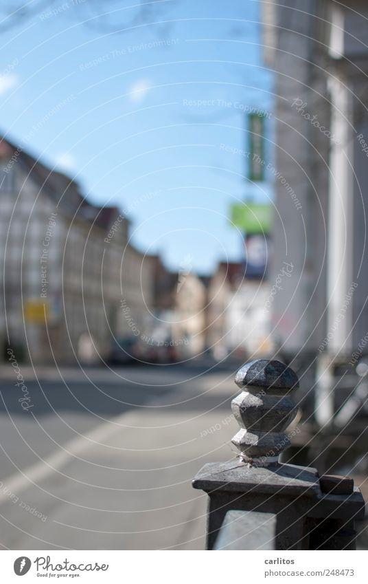 Knubbel auf Pömpel alt weiß blau schwarz Haus Straße Dekoration & Verzierung Geländer Schönes Wetter Stadtzentrum Barriere Pfosten Fachwerkhaus Schmiedeeisen