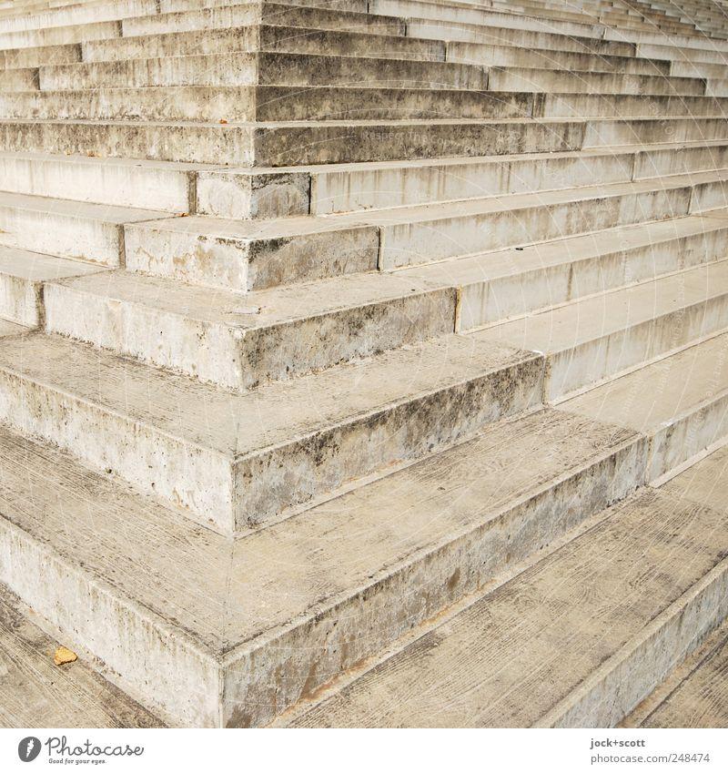trepp auf/trepp ab Prenzlauer Berg Architektur Treppe Beton dreckig fest groß modern viele grau Wege & Pfade Ecke verwittert Oberfläche Detailaufnahme